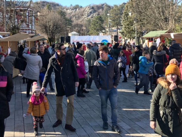 Cetinje: Novogodišnji bazar na dvorskom trgu