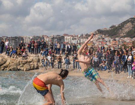 Nije stiglo ljeto, ali u Herceg Novom se danas igrao picigin, u vodu ušao i Goran Karan