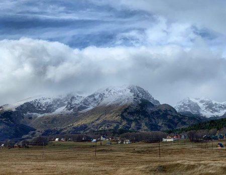 Prvi snijeg pao na planinama, na moru nakon kiše duga