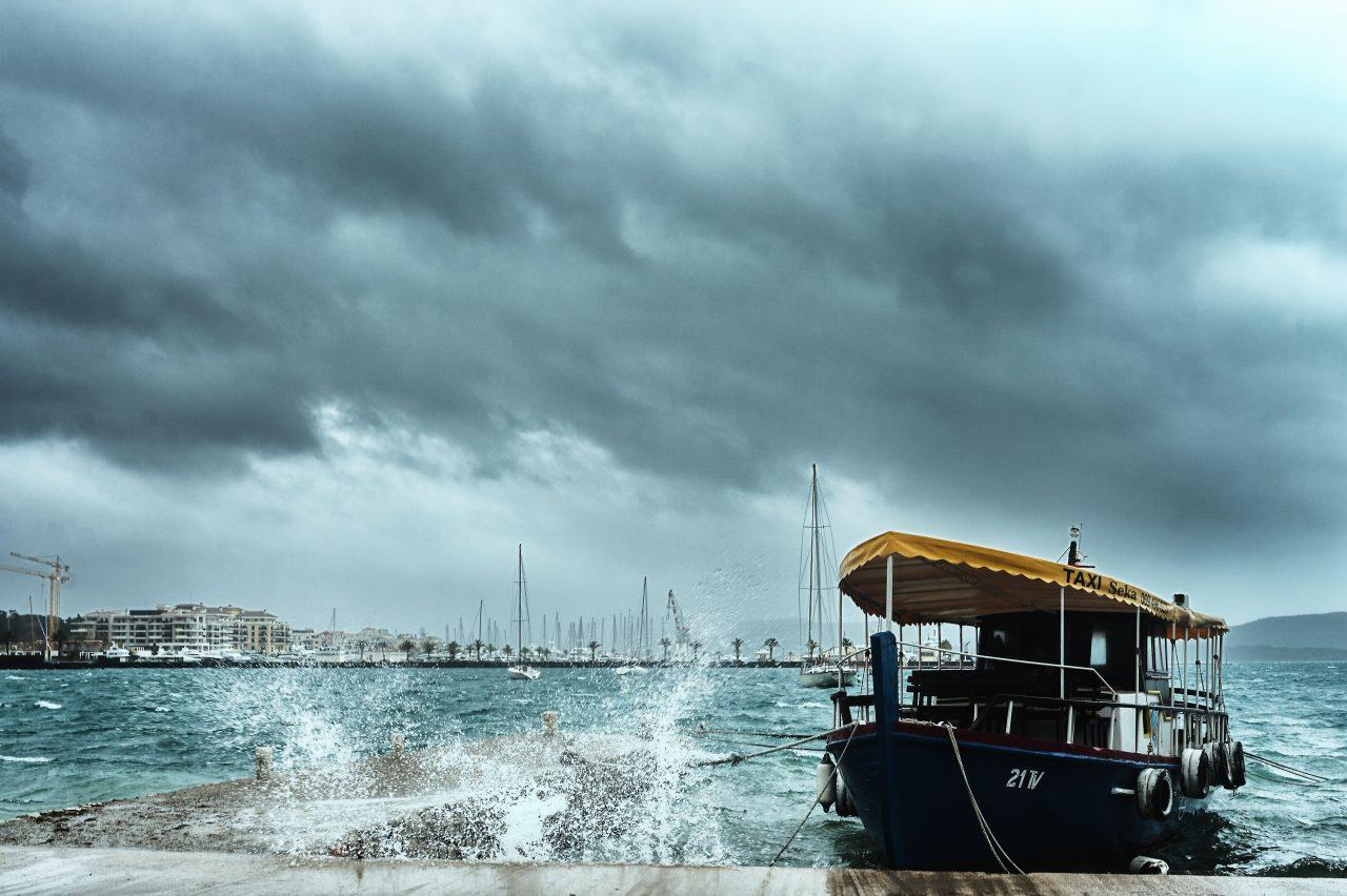 Jesenja igra vjetra i kiše na tivatskoj obali