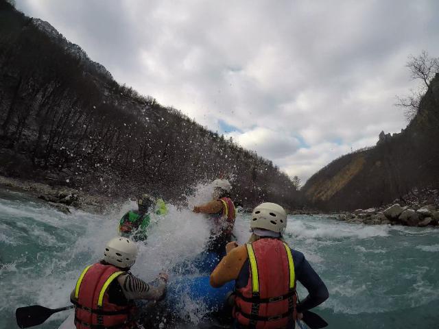 Neko u toplom, a ova ekipa 1. januara na rafting ledenom Tarom!
