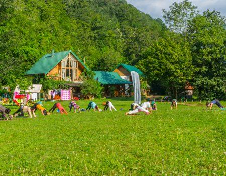 Potreban vam je reset? Prijavite se za Yoga kamp na obali Tare!